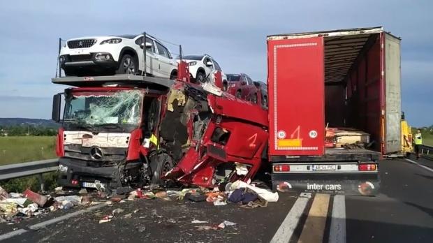 Foto: TRAGEDIA ZILEI! Accident cu cinci camioane în Franţa. Un şofer român A MURIT PE LOC - FOTO