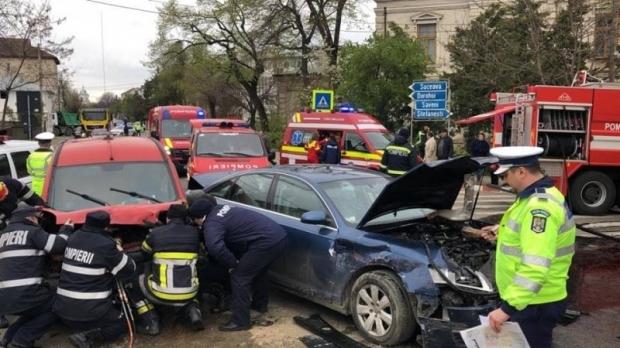 Foto: Accident cu trei maşini! Şase persoane, între care şi un copil, sunt rănite