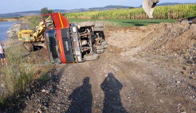 Bărbat decedat, după ce o autobasculantă plină cu pietriş a căzut peste el - accidentdemunca1-1534405992.jpg