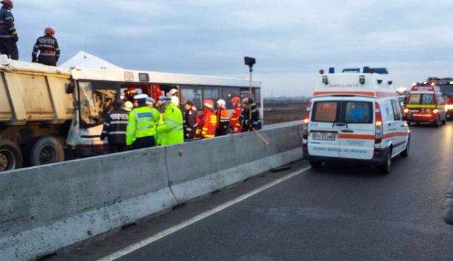 Foto: ACCIDENT GRAV pe Autostradă. Microbuz PLIN DE PASAGERI făcut praf