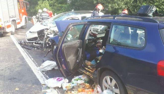 Foto: Accident grav pe DN7: Şapte persoane, între care doi copii, sunt rănite