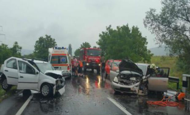 Foto: Grav accident rutier pe DN 7, din cauza oboselii. Sunt 5 victime!