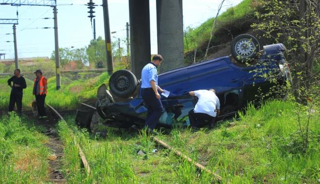 Foto: Accidente rutiere grave pe str�zile Constan�ei! O femeie a zburat cu ma�ina de pe pod, al�i doi �oferi s-au f�cut praf