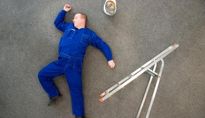 Foto: Accidentaţi la locul  de muncă. Un angajat şi-a strivit piciorul