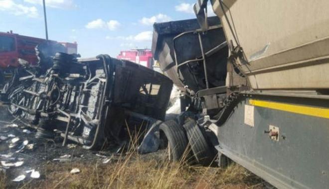 Foto: SCENE DRAMATICE / 20 de ELEVI au murit, după ce microbuzul şcolar a intrat într-un camion şi a explodat