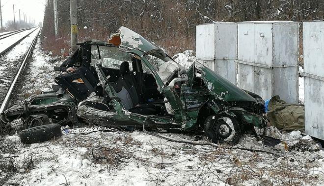 Foto: Două persoane au murit, după ce maşina în care se aflau a fost lovită de tren
