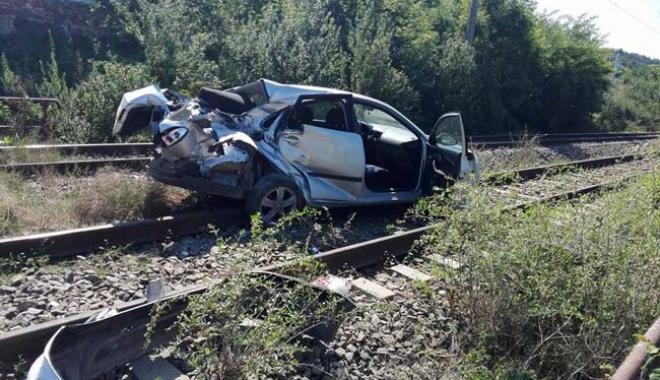 Foto: IMPACT TERIBIL, după ce un şofer A TRECUT PE ROŞU, PE CALEA FERATĂ