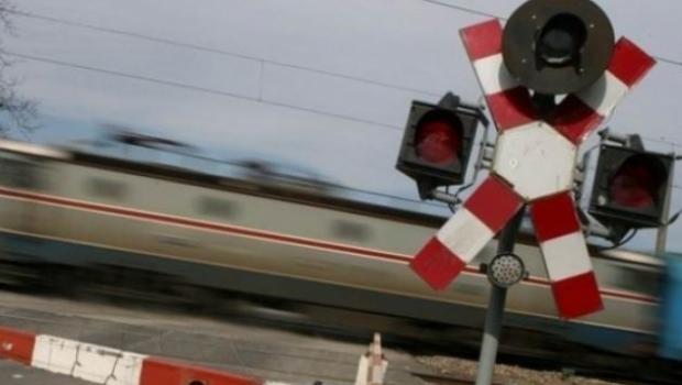 Foto: Maşină lovită de tren / Şoferul, în stare critică la spital. A trecut pe roşu!