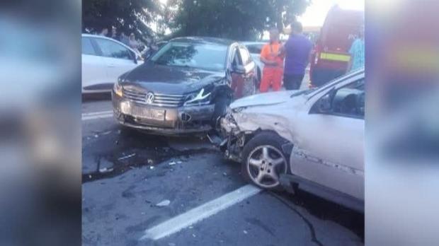 Foto: Anchetă, după ce maşina unui poliţist ar fi fost implicată într-un accident. Agentul, suspectat că a fugit