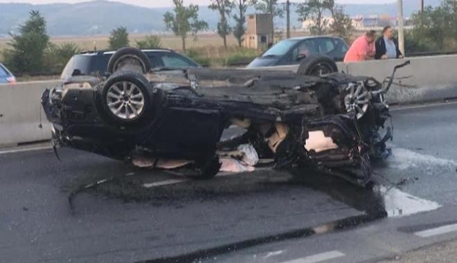 Foto: TRAGEDIE DIN CAUZA VITEZEI! Doi morţi şi un rănit. Un BMW a zburat peste parapeţii de beton şi a ajuns pe contrasens