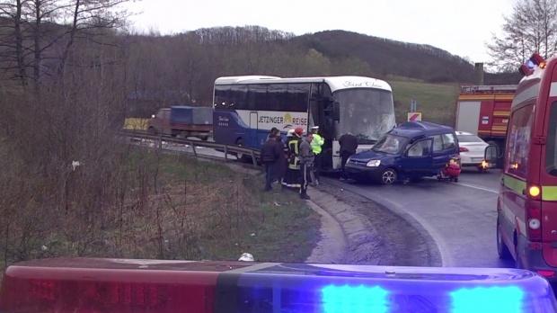 Foto: Accident între un autocar, un microbuz și o autoutilitară. Sunt 11 răniți!