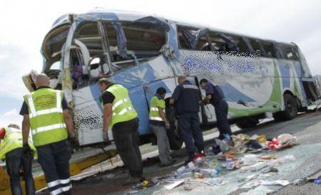 Foto: Grav accident rutier! Un autocar cu 46 de pasageri s-a răsturnat