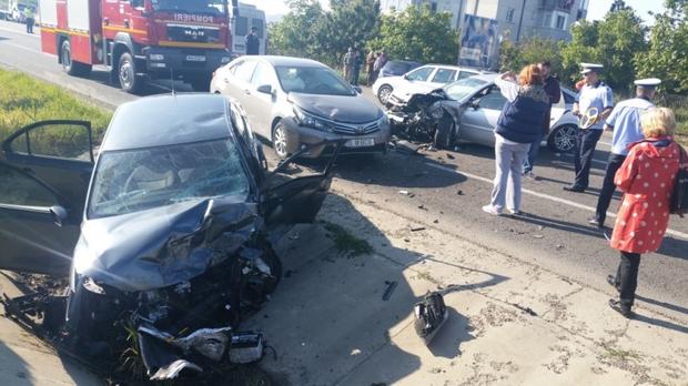 Foto: Grav accident rutier, după ce o şoferiţă a adormit la volan. Un mort şi trei răniţi