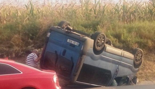 Foto: GRAV ACCIDENT! 10 persoane au fost rănite după ce un microbuz cu muncitori a lovit o maşină