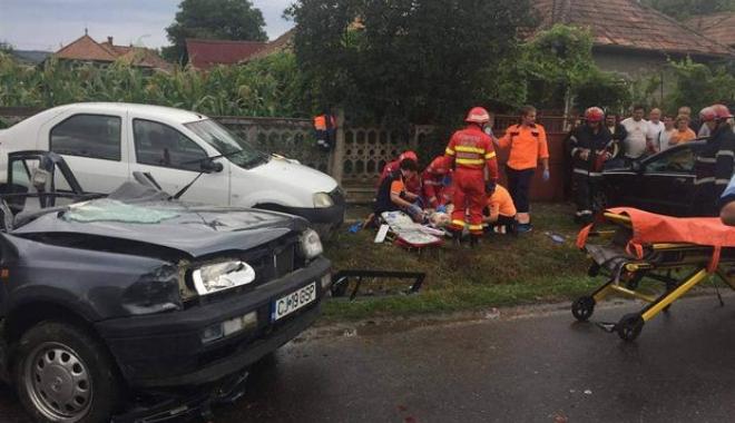 Foto: ACCIDENT RUTIER GRAV, după ce un şofer de 60 de ani nu a acordat prioritate într-o intersecţie