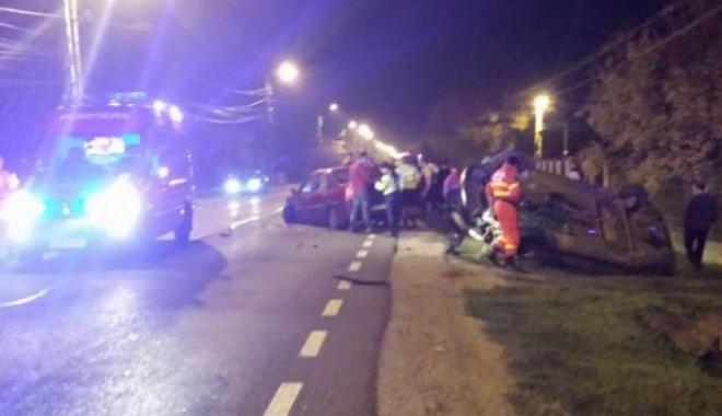Foto: Mașină răsturnată într-un accident rutier. Un bebeluș și mama sa, victime