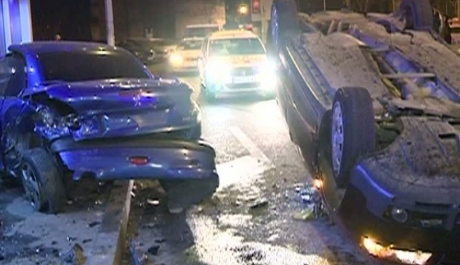 Foto: GRAV ACCIDENT RUTIER! O maşină s-a răsturnat după ce a lovit alte două autoturisme. Poliţiştii vor să afle cine era la volan!