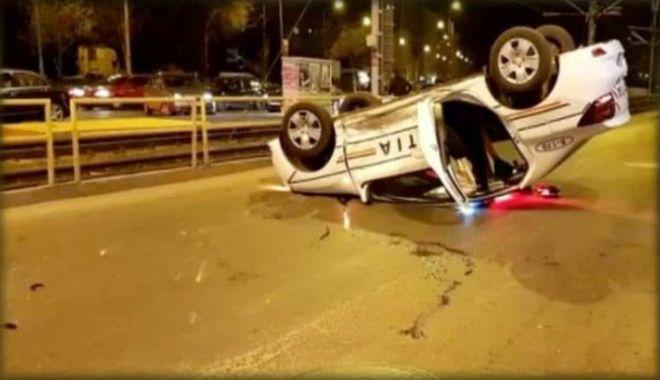 Foto: Maşină de poliţie, în misiune, răsturnată, după ce un şofer nu i-a acordat prioritate