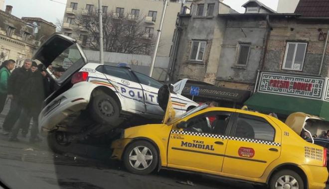Foto: ACCIDENT GRAV! Maşină de poliţie răsturnată peste un taxi. Victima, o poliţistă