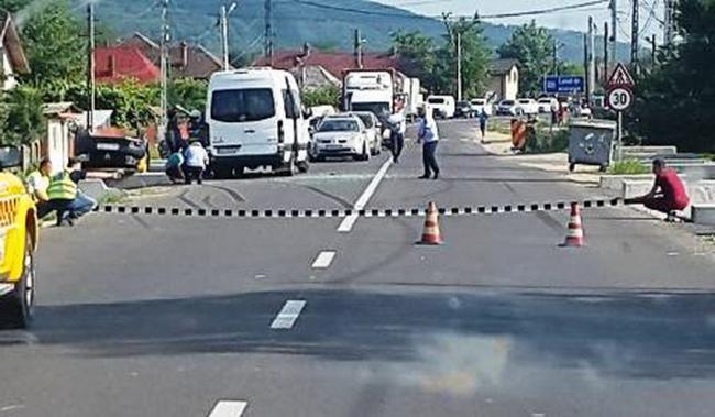Foto: MICROBUZ PLIN CU PASAGERI IMPLICAT ÎN ACCIDENT. S-a activat planul roşu