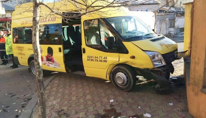 Foto: Îţi trimiţi copiii la şcoală cu microbuzul şi îi găseşti la spital. Clipe de groază trăite de nouă elevi ai Şcolii Cambridge