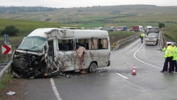 Foto: Accident TRAGIC după ce un şofer A ADORMIT la volan: UN MORT şi 10 RĂNIŢI