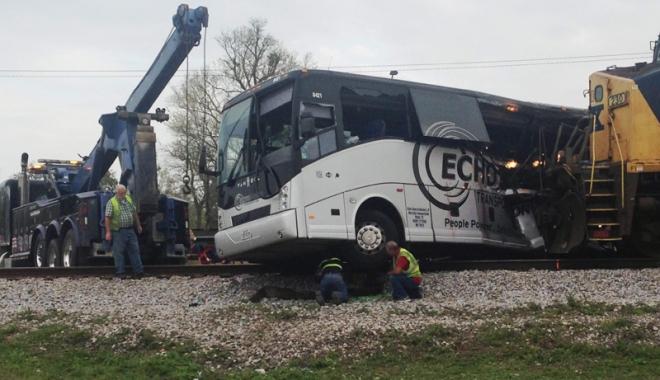 Foto: Accident în Mississippi: Cel puţin 4 morţi şi numeroşi răniţi după ce un tren de marfă a lovit un autobuz cu pasageri