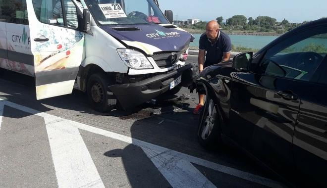 """Foto: GALERIE FOTO / GRAV ACCIDENT LA NĂVODARI. Microbuzul implicat era arhiplin. """"Criminalilor, sper să plătiţi!"""""""