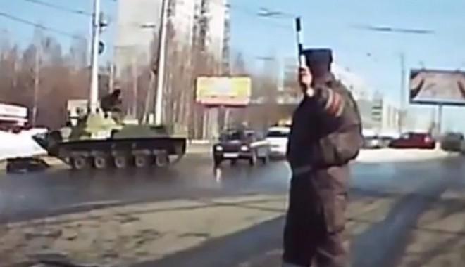 Foto: VIDEO/ Un militar rus, foarte BEAT, a intrat cu tancul într-un stâlp!