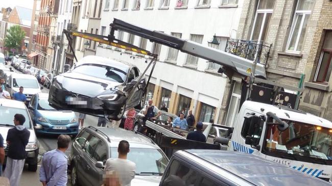 Foto: ACCIDENT neobişnuit, între o TELSA şi o DACIA LOGAN