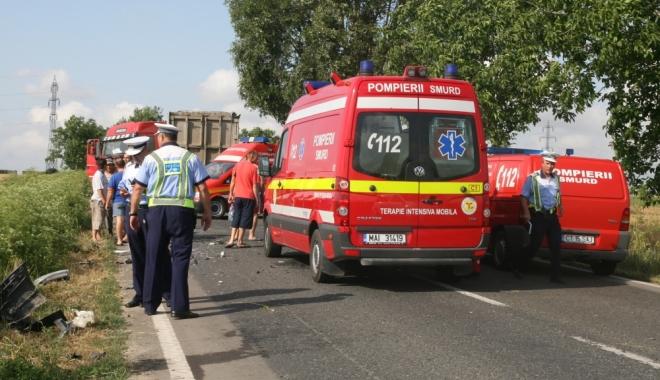 Foto: GRAV ACCIDENT RUTIER! 40 de oameni, implicaţi. Un autobuz, impact cu un autotursim