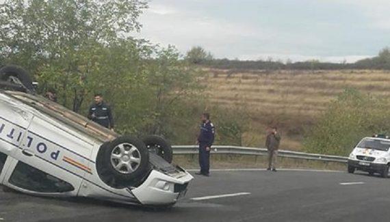 Foto: Accident groaznic! O maşină de poliţie s-a răsturnat. Un membru al echipajului este rănit