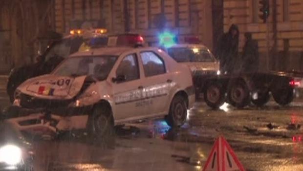 Foto: Doi poliţişti au rămas fără permis, după ce s-au izbit puternic într-o intersecţie din oraş