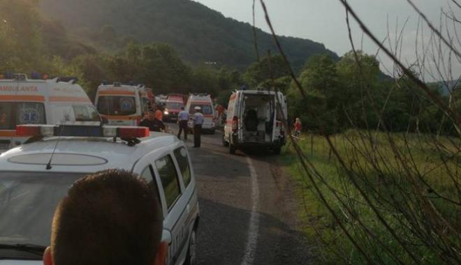Foto: GALERIE FOTO / Autocar cu 37 de pasageri, răsturnat pe drumul dintre Râşnov şi Pârâul Rece: 17 răniţi grav