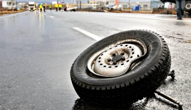 Foto: Accident rutier în lanţ la ieşire din Constanţa. Trei maşini şi o ambulanţă, făcute praf