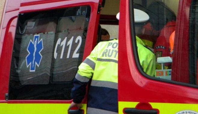 Foto: Doi copii răniți grav după ce mama lor a intrat cu mașina într-o ambulanță