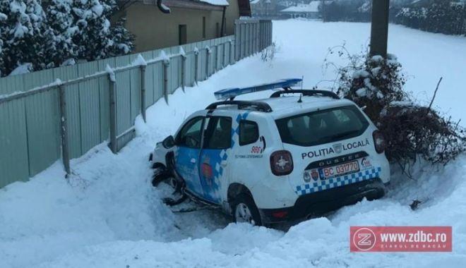 Foto: Şef de Poliţie, acuzat că a condus băut! A intrat cu mașina de serviciu într-un șanț