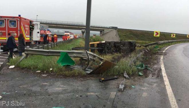 Foto: Autobuz răsturnat pe Autostradă! 33 de persoane, transportate la spital