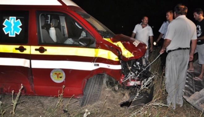 Foto: Ambulanţă cu o gravidă în travaliu, implicată într-un grav accident