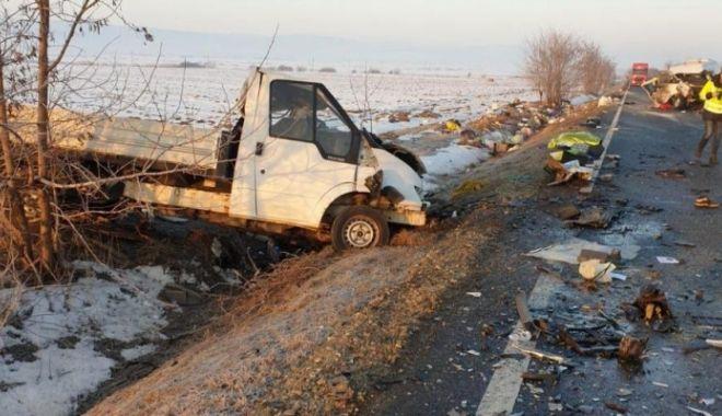 Foto: Microbuz implicat în accident. A fost activat PLANUL ROŞU. Doi morţi şi şapte răniţi