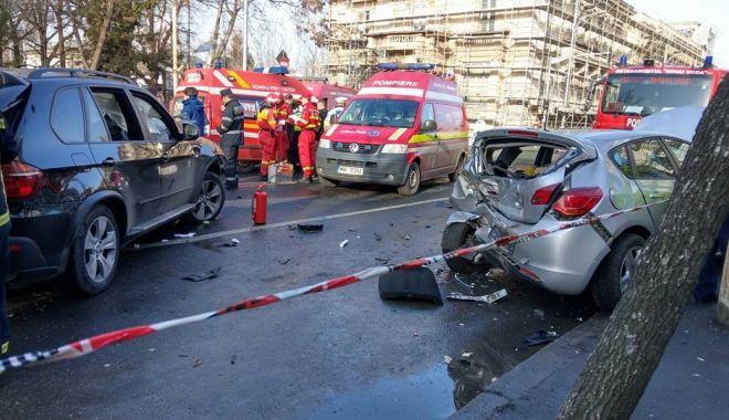Foto: ACCIDENT CU PATRU MAŞINI IMPLICATE! Cinci persoane au fost rănite