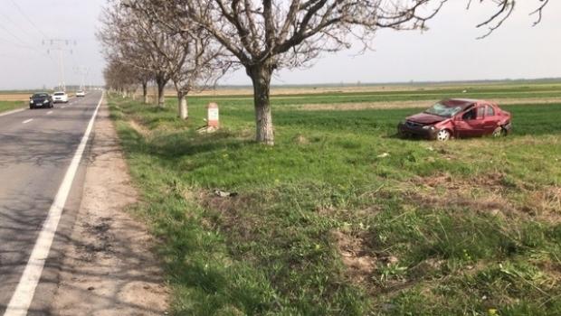Foto: LA UN PAS DE MOARTE! O tânără de 18 ani s-a răsturnat cu maşina