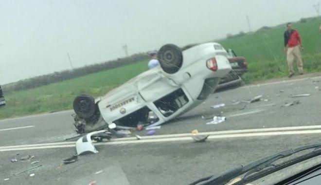 Foto: ACCIDENT SPECTACULOS! Maşină răsturnată, lovită apoi de camion
