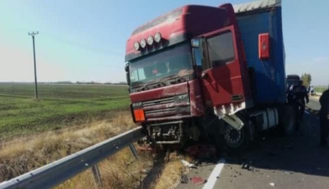 Foto: Accident mortal! Şoferul unui autoturism şi-a pierdut viaţa după ce a intrat într-un TIR