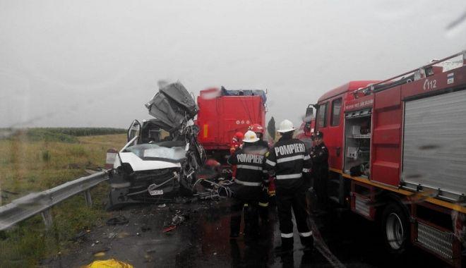 Foto: PLAN ROŞU de intervenţie: Microbuz cu 18 persoane, răsturnat