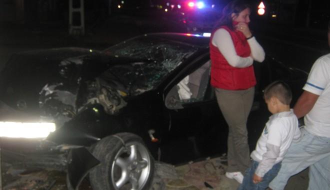 Foto: O şoferiţă a intrat cu maşina într-un stâlp la Tuzla