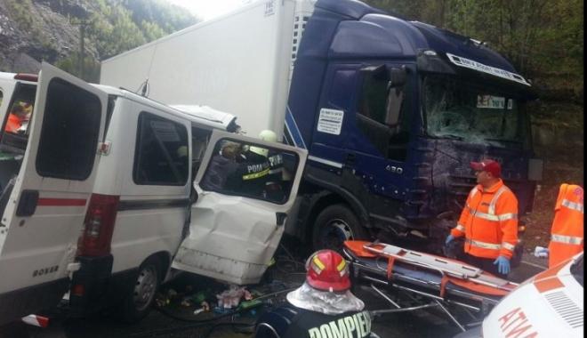Foto: Accident grav pe DN7! Au fost implicate trei maşini. Traficul este blocat