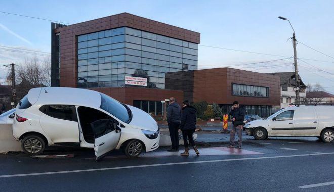Foto: Accident spectaculos la Lazu. O maşină s-a urcat pe parapeţii despărţitori