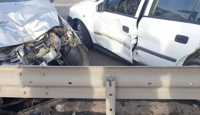 Foto: Galerie foto. Accident grav, la ieşire de pe podul Ovidiu. Sunt implicate două autoturisme şi un tir