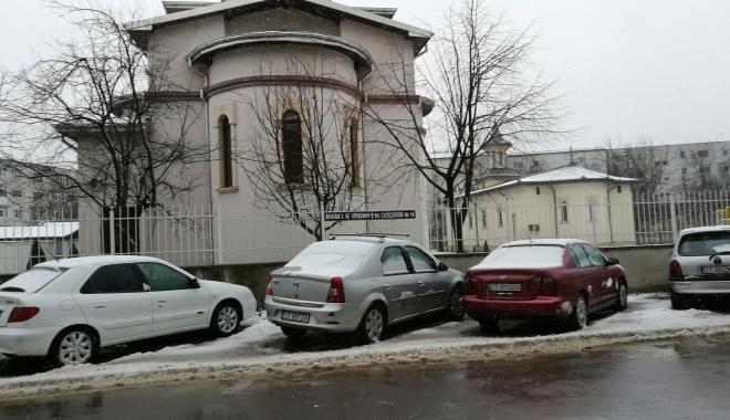 Foto: Pericol în cartierul Inel II. Vântul a smuls o parte din acoperişul bisericii